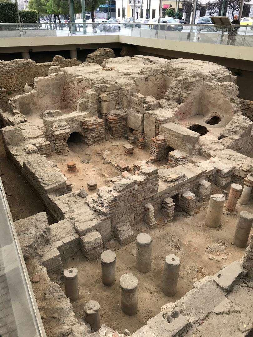 بقایای باستانی در کنار پارک ملی آتن